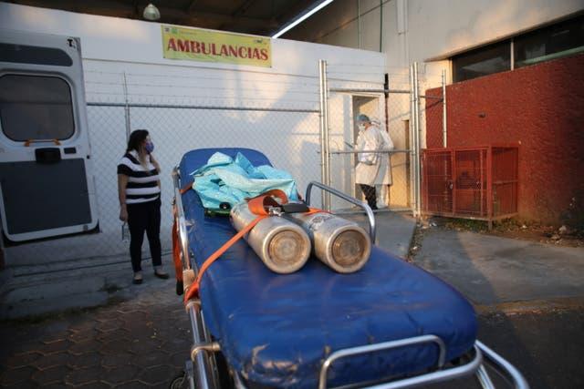 <p>Un familiar (L) observa después de que paramédicos ingresaron a un hospital con un paciente sospechoso de padecer la enfermedad por coronavirus (COVID-19), mientras continúa el brote de COVID-19, en la Ciudad de México, México, el 28 de enero de 2021. </p>