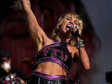 """Miley Cyrus dice """"amamos a Britney"""" durante el Super Bowl tras documental sobre la tutela de la estrella"""