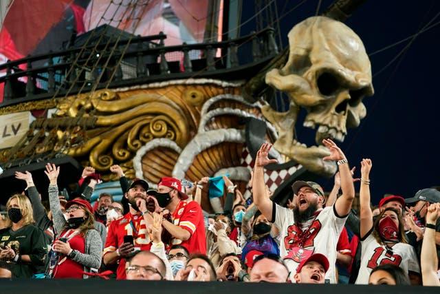 <p>Los fanáticos vitorean durante la primera mitad del partido de fútbol americano del Super Bowl 55 de la NFL entre los Tampa Bay Buccaneers y los Kansas City Chiefs, el domingo 7 de febrero de 2021 en Tampa, Florida </p>