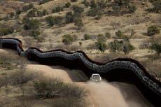 """""""Una zona de guerra"""": se envía a migrantes heridos en el muro fronterizo de Trump de regreso a México sin ayuda médica"""