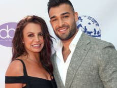 """Novio de Britney Spears llama al papá de la cantante un """"completo idiota"""" tras """"desgarrador"""" documental"""