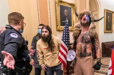 """QAnon Shaman se disculpa por atacar el Capitolio y afirma que Trump es una """"decepción"""""""
