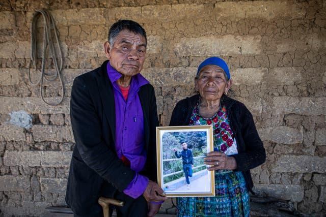 <p>ARCHIVO - En esta foto de archivo del 27 de enero de 2021, German y María Tomas posan para una foto sosteniendo un retrato enmarcado de su nieto Ivan Gudiel, quien creen que es uno de los cadáveres carbonizados encontrados en un camino rural en el municipio fronterizo México-Estados Unidos. de Camargo, en su casa de Comitancillo, Guatemala. Se ordenó la detención de una decena de oficiales de operaciones especiales para ser juzgados por los cargos de que mataron a tiros al menos a 14 migrantes guatemaltecos y dos mexicanos en un camino rural en el municipio fronterizo de Camargo.</p>