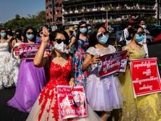 Cientos salieron disfrazados a las calles de Myanmar en una colorida manifestación