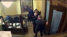 """Mike Pence tenía al """"fútbol nuclear"""" con él cuando lo llevaron a un lugar seguro durante los disturbios del Capitolio"""