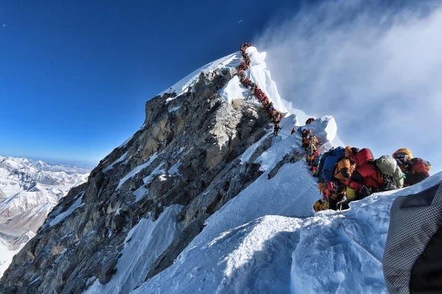 """<p>Nepal ha vetado a dos escaladores indios y al líder de su equipo durante seis años después de que una investigación descubrió que habían fingido su """"exitosa"""" cumbre del Everest</p>"""