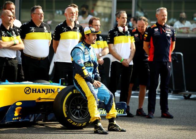<p>FOTO DE ARCHIVO: Fórmula Uno F1 - Gran Premio de Abu Dhabi - Circuito Yas Marina, Abu Dhabi, Emiratos Árabes Unidos - 13 de diciembre de 2020 Fernando Alonso posa para una foto con el Renault R25 antes de conducir en una pista de entrenamiento</p>