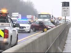 Accidente masivo en carretera helada que involucra a 20 vehículos deja varios heridos