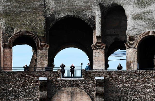 """<p>La gente visita el emblemático Coliseo de Roma después de su reapertura en medio de un alivio de las restricciones contra la propagación de la pandemia Covid-19 causada por el nuevo coronavirus, el 1 de febrero de 2021. - Italia, el 1 de febrero, relajó las restricciones al coronavirus en la mayoría de sus regiones, lo que permitió una mayor libertad para viajar y reapertura diurna de bares, restaurantes y museos. Dieciséis regiones están ahora bajo la categoría """"amarilla"""" de menor riesgo, mientras que cinco (Sicilia, Cerdeña y Puglia en el sur, Umbría en el centro y Tirol del Sur en el norte) siguen siendo """"anaranjadas"""". </p>"""