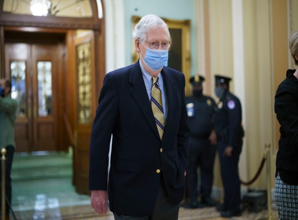 <p>El líder de la minoría del Senado, R-Ky., Mitch McConnell, abandona la cámara mientras el Senado votó para considerar escuchar a los testigos en el juicio político del ex presidente Donald Trump, en el Capitolio en Washington, el sábado 13 de febrero de 2021 </p>