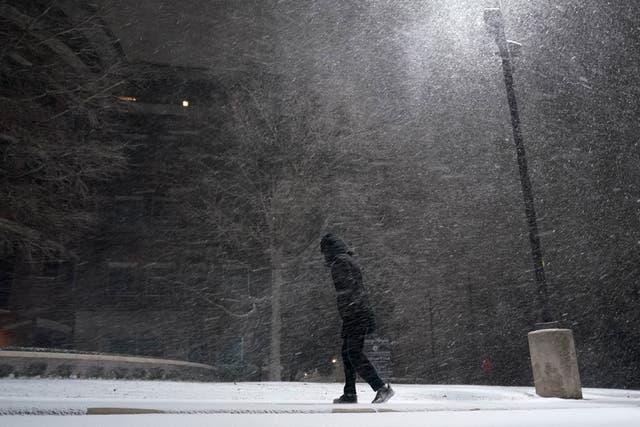 <p> Se han cancelado miles de vuelos y millones de casas se encuentran sin electricidad en todo Estados Unidos mientras las tormentas invernales sin precedentes cubren gran parte del país  </p>
