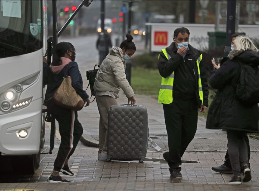 یک مربی مسافران را به هتل Radisson Blu Edwardian نزدیک فرودگاه هیترو می رساند و در آنجا برای مدت 10 روز در قرنطینه اقامت می کنند.