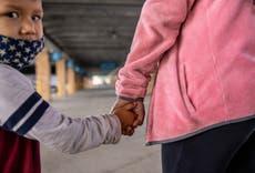 Solicitantes de asilo obtienen orden judicial preliminar para reunirse con familias en EE.UU. en victoria ante política de Trump