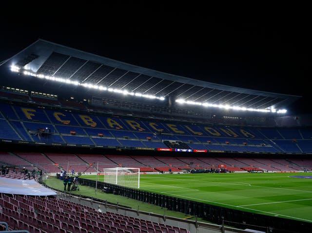 <p>BARCELONA, ESPAÑA - 13 DE FEBRERO: Vista general dentro del estadio antes del partido de La Liga Santander entre el FC Barcelona y el Deportivo Alavés en el Camp Nou el 13 de febrero de 2021 en Barcelona, España. Los estadios deportivos de España siguen sometidos a estrictas restricciones debido a la pandemia de coronavirus, ya que las leyes de distanciamiento social del Gobierno prohíben a los aficionados entrar en las sedes, lo que hace que los partidos se jueguen a puerta cerrada.</p>