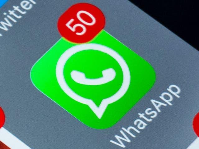 <p>Smartphone con iconos de redes sociales en pantalla en mesa de madera verde. Smartphone con estilo de vida. Iniciando la aplicación de redes sociales whatsapp, viber, facebook, instagram, twitter, pinterest. </p>