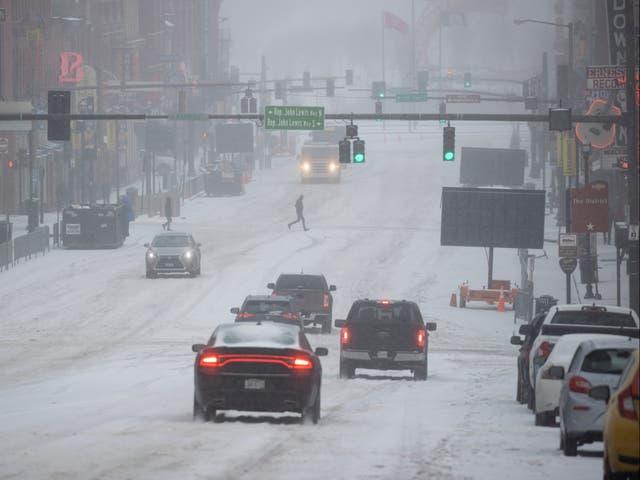 Vista general de Lower Broadway mientras vehículos y personas atraviesan la nieve y el hielo el 15 de febrero de 2021 en Nashville, Tennessee