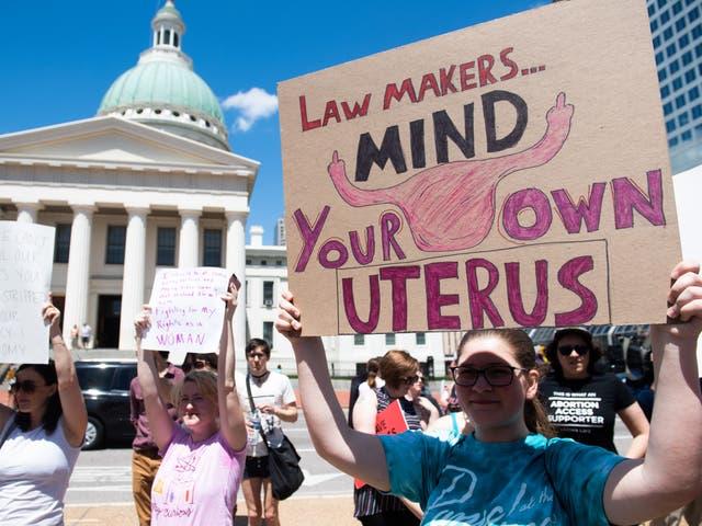Miles de manifestantes marchan en apoyo de Planned Parenthood y pro-elección mientras protestan contra una decisión estatal que detendría efectivamente los abortos al revocar la licencia del último centro en el estado que realiza el procedimiento, durante una manifestación en St. Louis, Missouri, el 30 de mayo de 2019