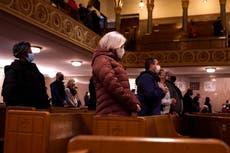Arzobispo de Detroit rocía cenizas debido a preocupaciones de COVID-19