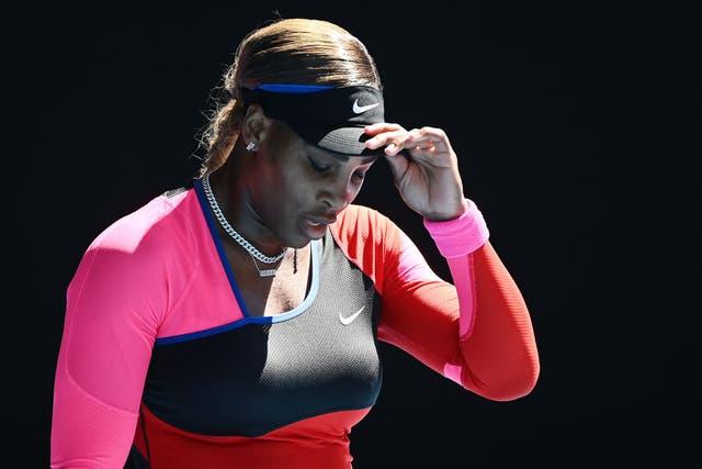 <p>MELBOURNE, AUSTRALIA - 18 DE FEBRERO: Serena Williams de los Estados Unidos reacciona en su partido de semifinales de singles femeninos contra Naomi Osaka de Japón durante el día 11 del Abierto de Australia 2021 en Melbourne Park el 18 de febrero de 2021 en Melbourne, Australia. </p>