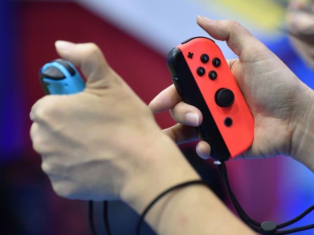 <p>Los visitantes juegan a la nueva consola de videojuegos de Nintendo, Switch, durante su presentación en Tokio el 13 de enero de 2017. El 13 de enero, Nintendo presentó su nueva consola de juegos Switch, que funciona tanto en casa como en cualquier lugar, ya que busca compensar la decepcionante Wii U ventas y enfrentarse cara a cara con la enormemente popular PlayStation 4 de Sony.</p>