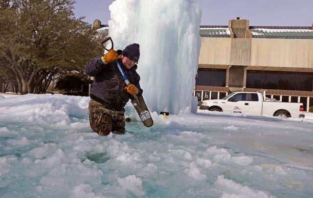 <p>El trabajador de la ciudad de Richardson, Kaleb Love, rompe hielo en una fuente helada el martes 16 de febrero de 2021 en Richardson, Texas. Las temperaturas cayeron a un dígito cuando la nieve cerró los viajes aéreos y las tiendas de comestibles. </p>