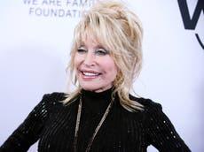 """Dolly Parton """"humildemente"""" se niega a tener una estatua de sí misma afuera del capitolio de Tennessee"""