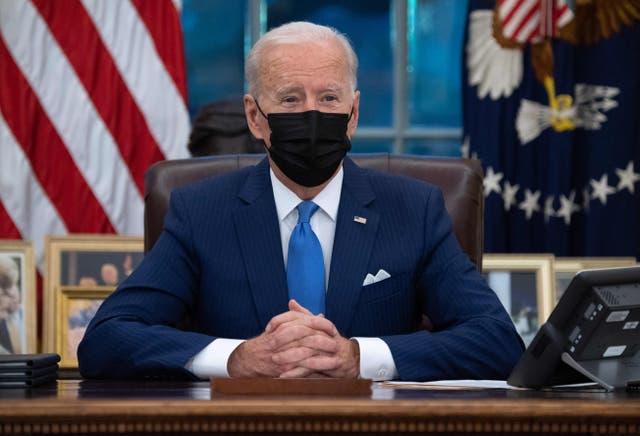 """<p>(ARCHIVOS) En esta foto de archivo, el presidente estadounidense Joe Biden habla desde el Resolute Desk antes de firmar órdenes ejecutivas relacionadas con la inmigración en la Oficina Oval de la Casa Blanca en Washington, DC, el 2 de febrero de 2021. - Los demócratas dieron a conocer la legislación el 18 de febrero de 2021 para el plan del presidente Joe Biden de crear un camino hacia la ciudadanía para 11 millones de inmigrantes indocumentados, diciendo que no hay justificación para negarles un hogar permanente en los Estados Unidos. Los principales demócratas dijeron que la legislación, bloqueada durante más de una década por los republicanos, está """"muy atrasada"""", y señalaron que la mayoría de las personas a las que se dirigirá han vivido en el país durante muchos años, con hogares, negocios e hijos y nietos nacidos en Estados Unidos. </p>"""