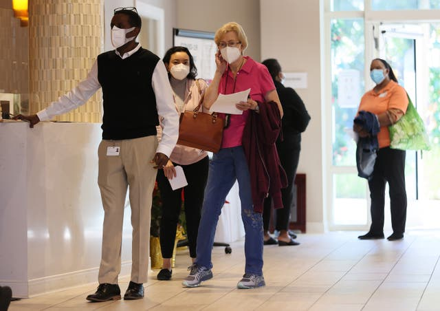 <p>POMPANO BEACH, FLORIDA - 6 DE ENERO: Las personas hacen fila para recibir la vacuna Pfizer-BioNtech COVID-19 en la comunidad de jubilación de atención continua John Knox Village el 6 de enero de 2021 en Pompano Beach, Florida. La comunidad administró la segunda vacuna a 90 residentes de enfermería especializada y 80 miembros del personal de salud que completaron la inoculación para ellos. Otros 50 miembros del personal sanitario recibieron su primera dosis de la vacuna. </p>