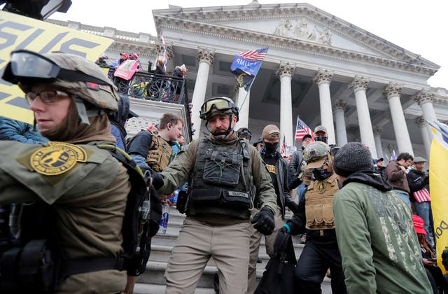 <p>Jessica Marie Watkins (izquierda) y Donovan Ray Crowl (centro), ambos de Ohio, marchan por los escalones del frente este del Capitolio de los EE. UU. Con el grupo de milicias Oath Keepers entre los partidarios del presidente de los EE. UU., Donald Trump, que protestan contra la certificación del Resultados de las elecciones presidenciales de EE. UU. De 2020 por el Congreso de EE. UU., En Washington, EE. UU., 6 de enero de 2021.</p>