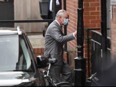 El príncipe Carlos visita a su padre, el príncipe Felipe en el hospital