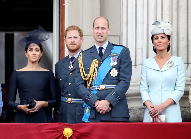 <p>Meghan, duquesa de Sussex, el príncipe Harry, duque de Sussex, el príncipe William, duque de Cambridge y Catherine, duquesa de Cambridge ven el vuelo de la RAF en el balcón del Palacio de Buckingham, como miembros de la La familia real asiste a eventos para conmemorar el centenario de la RAF el 10 de julio de 2018 en Londres, Inglaterra. </p>