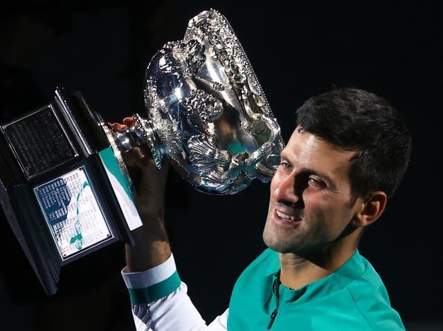 <p>El serbio Novak Djokovic sostiene el trofeo de la Norman Brookes Challenge Cup después de vencer al ruso Daniil Medvedev para ganar su partido final individual masculino el día catorce del torneo de tenis del Abierto de Australia en Melbourne el 21 de febrero de 2021 </p>