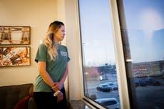 """""""Grité sus nombres"""": Madre describe la pérdida de tres hijos en un incendio durante el congelamiento de Texas"""