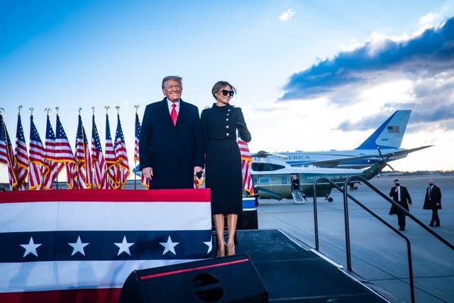 <p>El presidente Donald Trump y la Primera Dama Melania Trump reconocen a sus partidarios en Joint Base Andrews antes de abordar el Air Force One por última vez como presidente el 20 de enero de 2021 en Joint Base Andrews, Maryland. Se espera que Trump, el primer presidente en más de 150 años que se niega a asistir a la toma de posesión de su sucesor, pase los minutos finales de su presidencia en su finca Mar-a-Lago en Florida. </p>