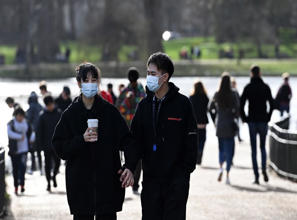 <p>People enjoy the spring-like weather at a park in London</p>
