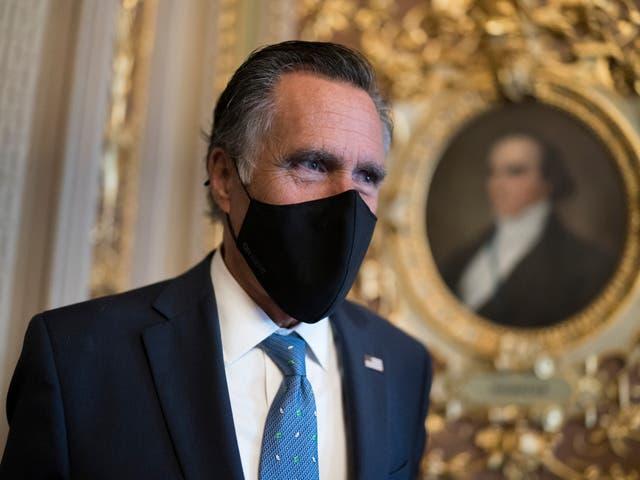 <p>El senador Mitt Romney, republicano por Utah, hace una pausa para responder las preguntas de los reporteros mientras los senadores llegan para votar sobre la candidata del presidente Joe Biden a embajadora de las Naciones Unidas, Linda Thomas-Greenfield, en el Capitolio en Washington, el martes 23 de febrero de 2021.</p>
