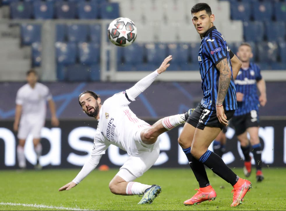<p>Isco fights for the ball with Cristian Romero</p>