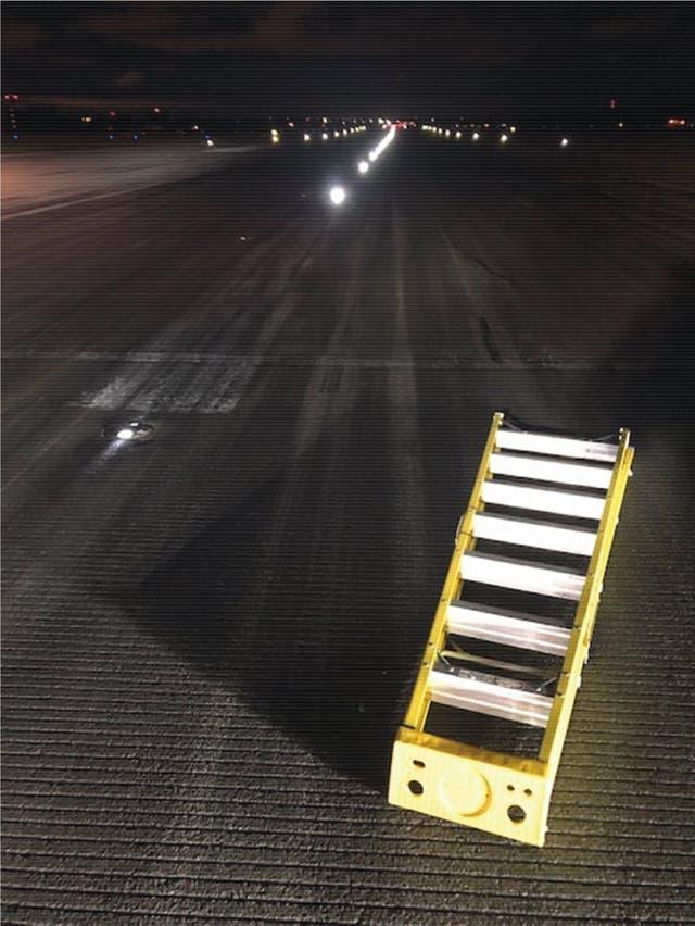 <p>Tres aviones con cientos de pasajeros a bordo aterrizaron mientras se dejaba una escalera en el medio de la pista, según una investigación.</p>
