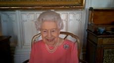 """La Reina invitó al público a vacunarse contra el COVID-19; """"no duele en absoluto"""", dijo"""