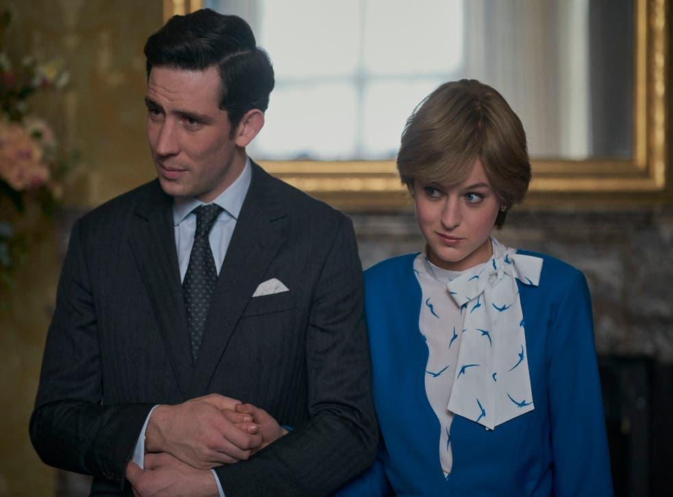 Josh O'Connor y Emma Corrin como los padres de Harry, el príncipe Carlos y la princesa Diana, en The Crown
