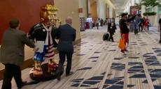 Aparece estatua de oro de Donald Trump en conferencia CPAC