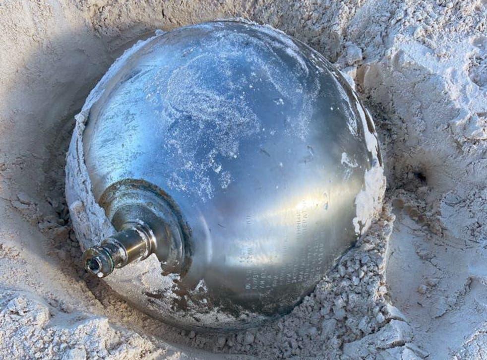 <p> Manon Clarke vio la bola reflectante de 41 kg que sobresalía de la arena mientras caminaba con su familia en Harbour Island </p>