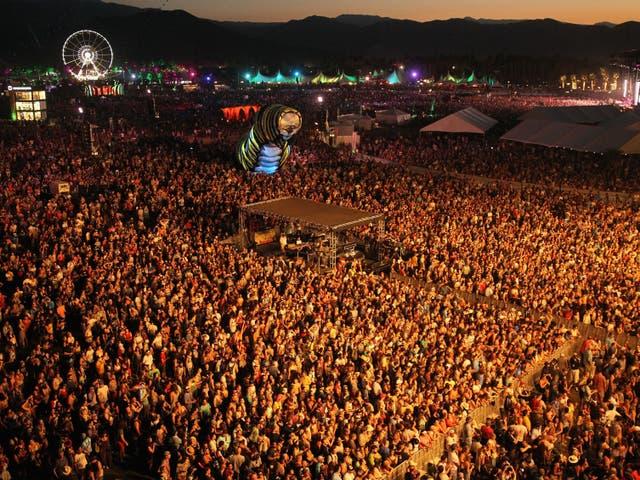 <p>INDIO, CA - 17 DE ABRIL: Una vista de la multitud durante la actuación de Alabama Shakes el día 1 del Festival de Música y Artes de Coachella Valley 2015 (fin de semana 2) en el Empire Polo Club el 17 de abril de 2015 en Indio, California. </p>