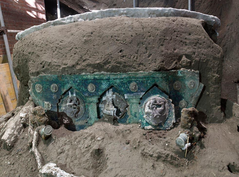 <p>El carro, con sus elementos de hierro, adornos de bronce y restos de madera mineralizada, fue hallado en las ruinas de un asentamiento al norte de Pompeya.    </p>