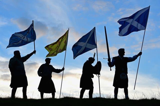 <p>Duncan Thomson, Brian McCutcheon, John Patterson y Arthur Murdoch, de King of Scots Robert the Bruce Society, sostienen las banderas escocesas mientras se preparan para votar en el referéndum de independencia escocés el 14 de septiembre de 2014 en Loch Lomond. Las últimas encuestas en el referéndum de independencia de Escocia volvieron a poner a la campaña del No a la cabeza, la primera vez que han ganado terreno en la campaña del Sí desde principios de agosto. </p>