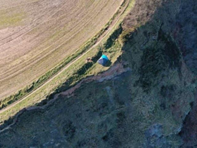 <p>Una familia con un niño fue vista acampando peligrosamente cerca del borde de un acantilado en Cleveland Way, North Yorkshire, el 27 de febrero.</p>