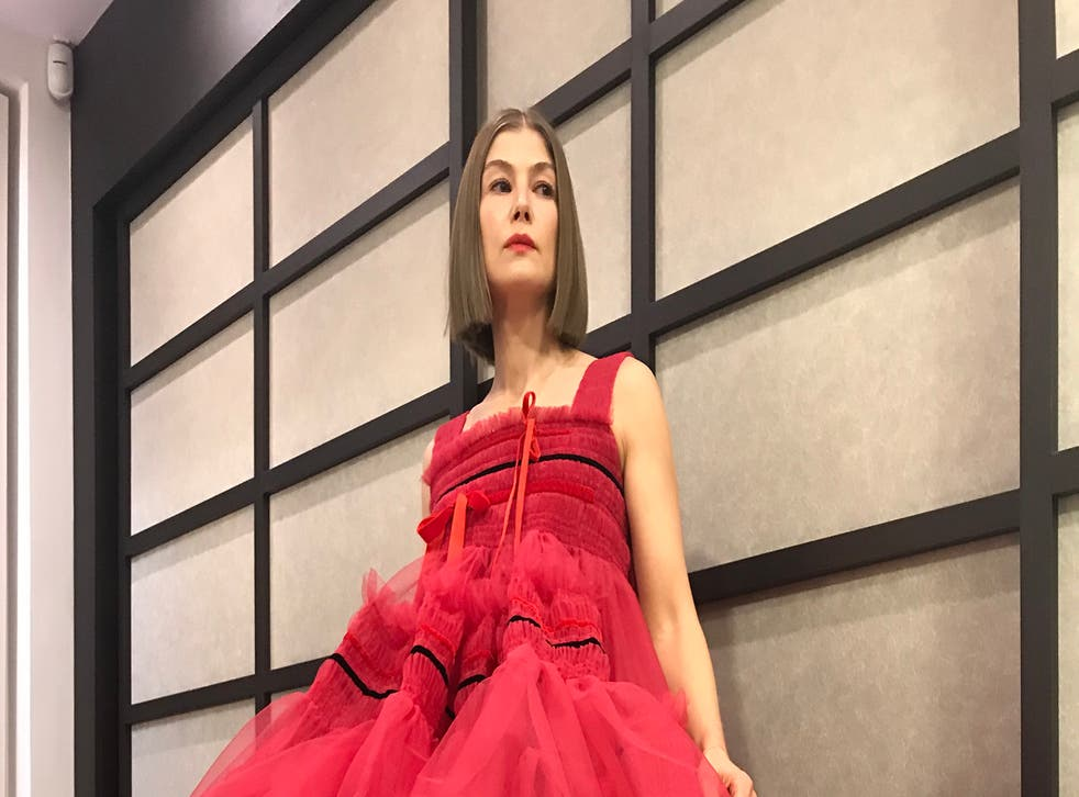 <p>Rosamund Pike in her red dress at the Golden Globe Awards 2021</p>