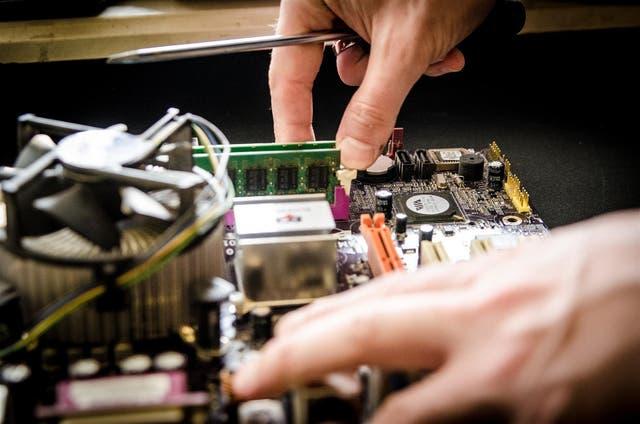 <p>Las empresas que venden productos electrónicos de consumo, como refrigeradores, lavadoras, secadores de pelo o televisores en la Unión Europea , y en el Reino Unido, deberán asegurarse de que esos productos se puedan reparar durante un máximo de 10 años.</p>