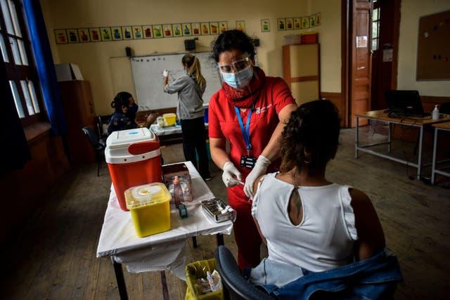 <p>Más del 17% de la población total de Chile ha recibido al menos una dosis de la vacuna del coronavirus</p>