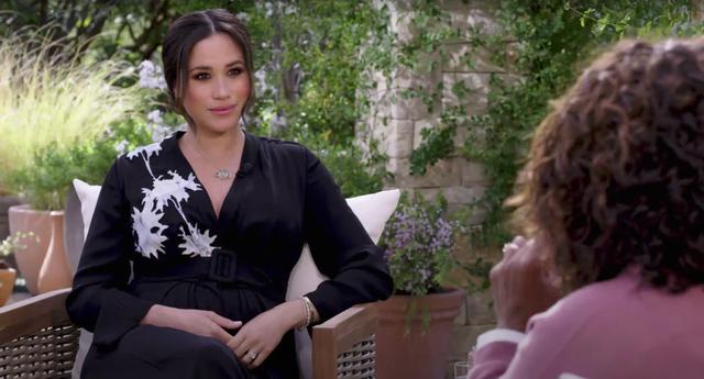 <p>Para la entrevista, Meghan Markle que está embarazada de su segundo hijo, usó un vestido de seda negro con cinturón de Armani que se vende a $4.700 (£ 3.300).</p>
